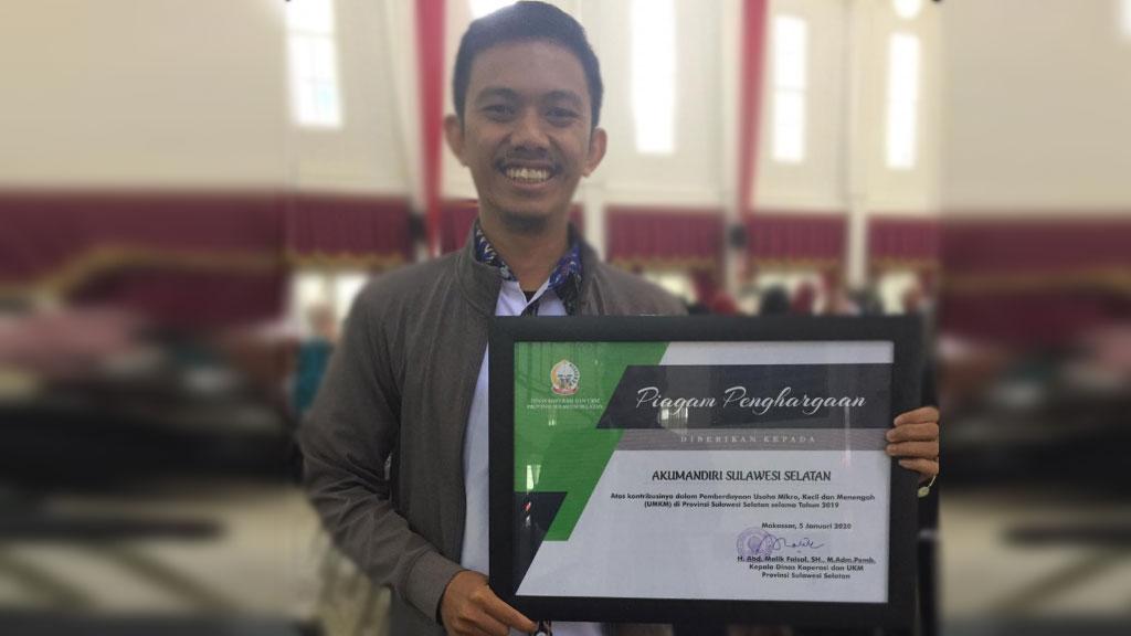 Assosiasi IUMKM Indonesia AKUMANDIRI provinsi Sulawesi Selatan menerima penghargaan dari Pemerintah Provinsi Sulawesi Selatan melalui Dinas Koperasi dan UKM pada kegiatan wisuda II Young Entrepreneur School Sulawesi Selatan