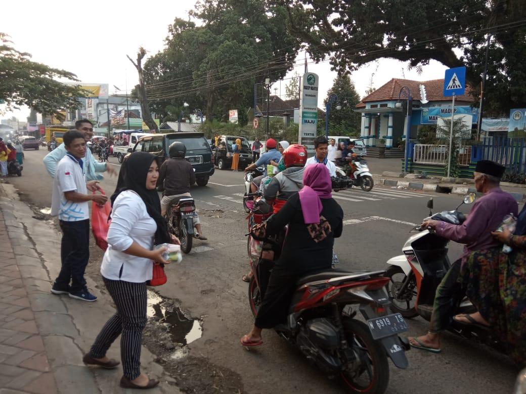 Asosiasi IUMKM Indonesia membagikan Takjil untuk warga di Malang Kecamatan Gondanglegi